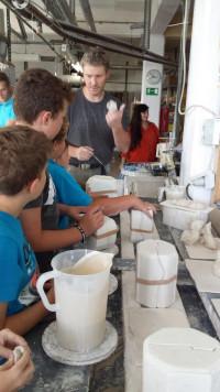 Einige der Kinder beim Gießen der Formen mit Stefan Lorke. (Foto: Alena Gebhardt)